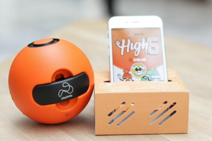 Playfinity-ballen har en puck med en rekke sensorer, som kobles til en spill-app på mobiltelefonen. Foto: Kine Torp Ellingsen
