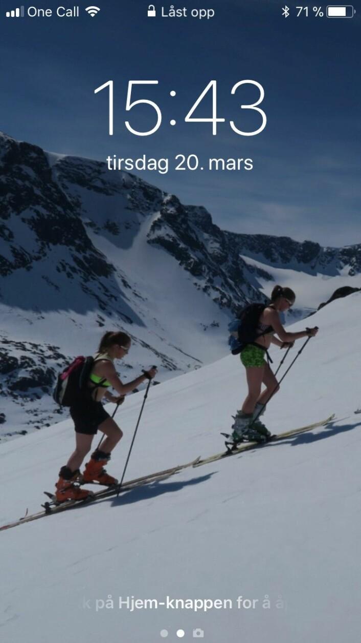Nykkelmos døtre klatrer i fjellsiden på en skitur.