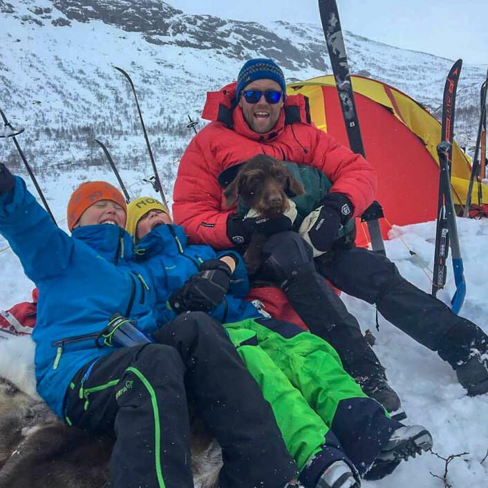 Ut på tur, aldri sur: Pappa Terje Tveitdal, Andreas Tveitdal (9), Fredrik Tveitdal (7) og familiehunden Frøya. Foto: Privat