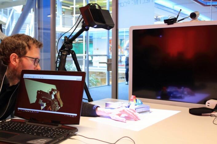 Schumann-Olsen viser hvordan Zivids 3D-kamera fungerer i praksis. Foto: Johannes Jakobsen