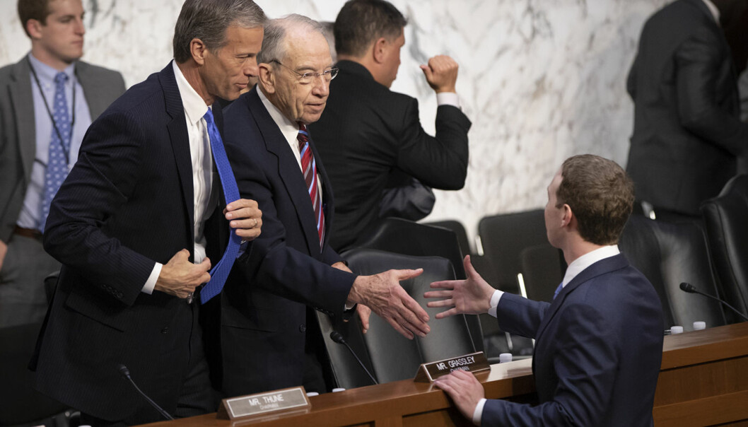 Senate Commerce, Science, and Transportation Committee Chairman John Thune, R-S.D. (t.v.) og Senate Judiciary Committee Chairman Chuck Grassley, R-Iowa, hilser på Facebook CEO Mark Zuckerberg (t.h.) etter høringen i kongressen. Foto: AP/J. Scott Applewhite