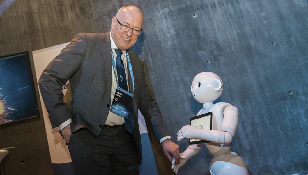 NTNUs rektor -- Gunnar Bovim -- og roboten Pepper møttes i løpet av konferansens lunsjpause, og Pepper benyttet anledningen til å synge for rektoren. Foto: Benedicte Tandsæther-Andersen