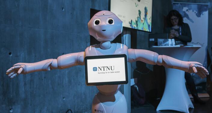 """Pepper, en robot som blant annet blir brukt som """"skall"""" for NTNU-studenter som utvikler programvare til ham -- danset, sang og spilte luftgitar for Shifters journalister. Foto: Benedicte Tandsæther-Andersen"""