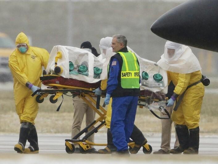 """Smittefarlige pasienter ble fraktet i et lite """"telt"""" under Ebola-krisen. Foto: AP/Nati Harnik"""