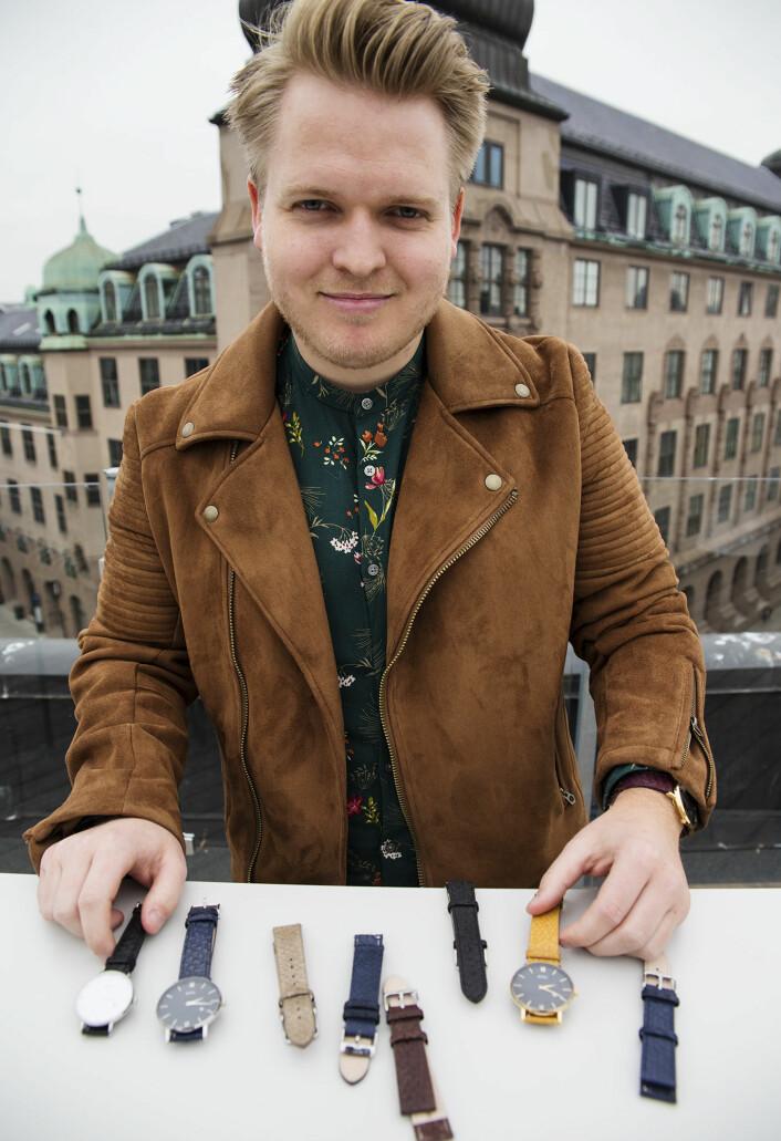 Paal Friele Grung med et utvalg av de klassiske klokkene han hittil har solgt via crowdfunding. Foto: Per-Ivar Nikolaisen