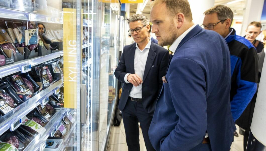 F.v: Administrerende direktør Kristen Hovland i Keep-it og mat- og landbruksminister Jon Georg Dale på besøk hos Rema 1000 på Ensjø i Oslo.  Foto: Tore Meek / NTB scanpix