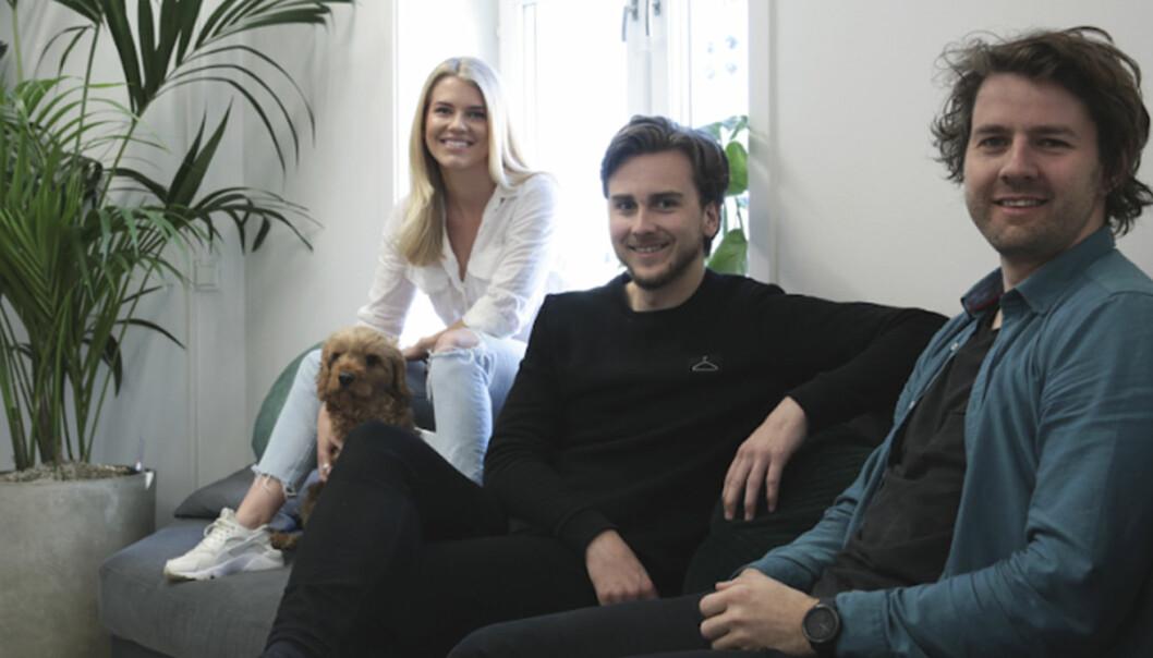 Tine Karlsen (daglig leder), hunden Noah, Fredrik Evjen Ekli (produktleder) og Nicolay Thafvelin (teknisk leder) i Vev. Foto: Vev