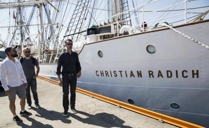 Johan Brand, Adam Kinney og Tommy Andersen foran Christian Radich, det nye medlemmet i den nordiske tech-flåten. Foto: Per-Ivar Nikolaisen
