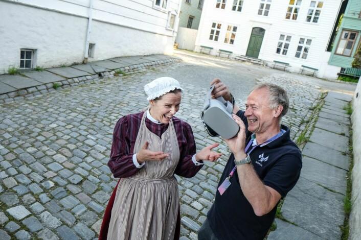 Formidler Berit Eggen Solstad og gründer Per Kristian Orset før opptak på Gamle Bergen Museum. Foto: Vilde Mebust Erichsen