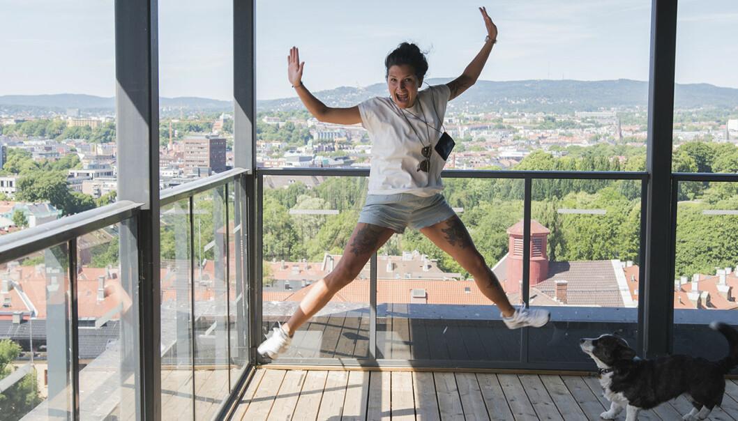 Senta-Rebecca Lürssen er den nye -- og hoppende -- lederen for TSV (Tøyen Startup Village). Corgi'en Wilma -- som tilhører en venn av Lürssen, og som visstnok har vært gammel hele livet -- avsto fra å hoppe for fotografen. Foto: Benedicte Tandsæther-Andersen