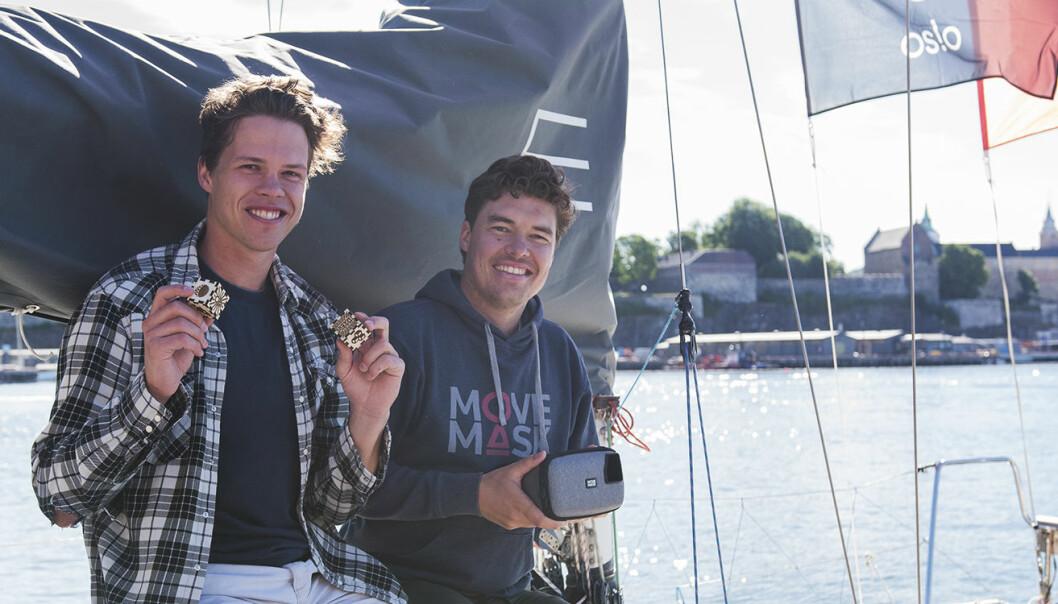 Eirik Wahlstrøm og Harald Manheim (MovieMask) vil satse på AR-teknologi, og brukte blant annet tiden på #EntrepreneurShipOne-seilbåten til å vise Shifters journalist hvordan MovieMasks AR fungerer. Foto: Benedicte Tandsæther-Andersen