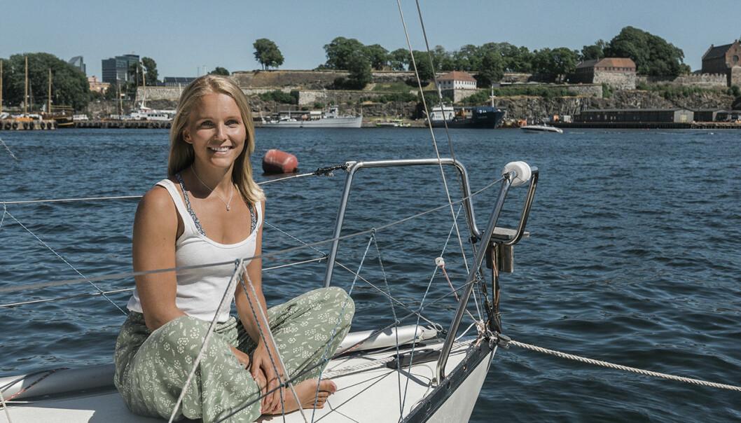 Christine Spiten og havet. Foto: Benedicte Tandsæther-Andersen