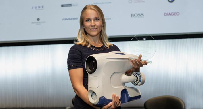 Christine Spiten, fotografert med undervannsdronen og Womenomics-prisen hun ble tildelt i mai. Foto: Womenomics