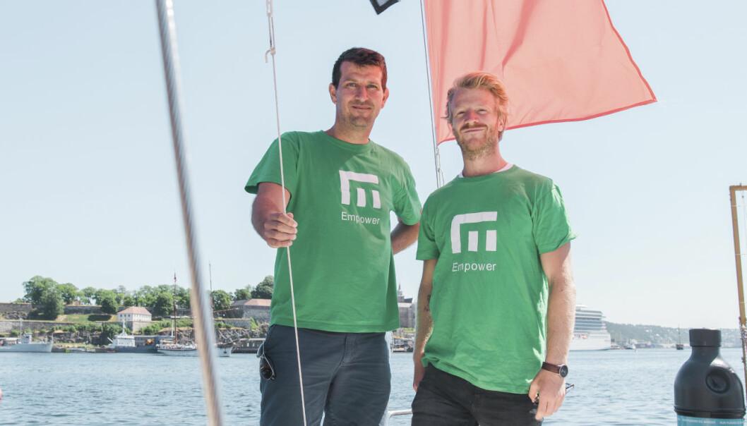 To av Empowers gründere -- Wilhelm Myrer og Fredrik Hertzberg -- møtte Shifter på Plastbryggen på Aker Brygge, da Shifters sommerbåt EntrepreneurShipOne hadde lagt til kais. Foto: Benedicte Tandsæther-Andersen