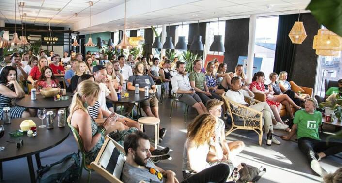 """Det var ikke mye ledig plass på Folk da Empower hadde kick-off, og for anledningen arrangerte et innendørs """"beach party"""". Foto: Empower"""