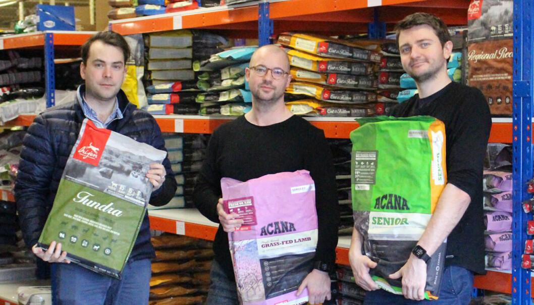 Innkjøper Vidar Kristing, daglig leder Roger Holthe Olsen og CO Stian Dahle på lageret i Bergen. Foto: Dyrekassen