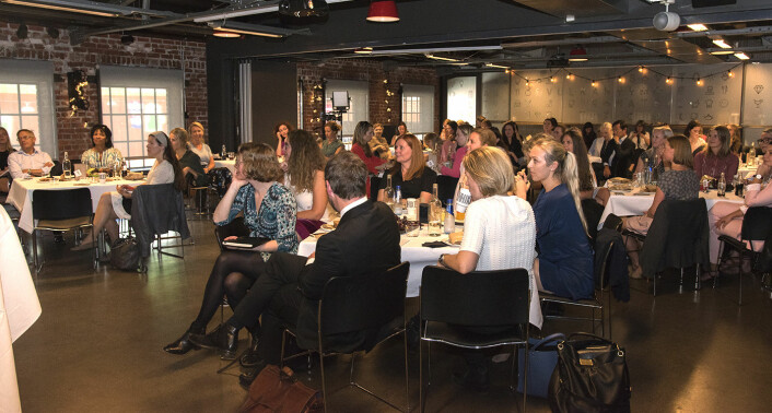 Toppmøtet ble holdt i en sal på Vulkan, og alle bordene hadde flere deltakere til diskusjonene. Foto: Benedicte Tandsæther-Andersen