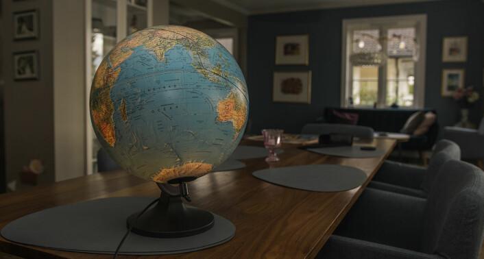 En globus stod på spisebordet da Shifter kom på besøk. Med svart penn er ruten familien tok på de 36 dagene de reiste jorden rundt, markert. Bent Erik Skaug mener ferien har vært bra for dem som familie, fordi de fikk brukt så mye tid sammen. Foto: Benedicte Tandsæther-Andersen