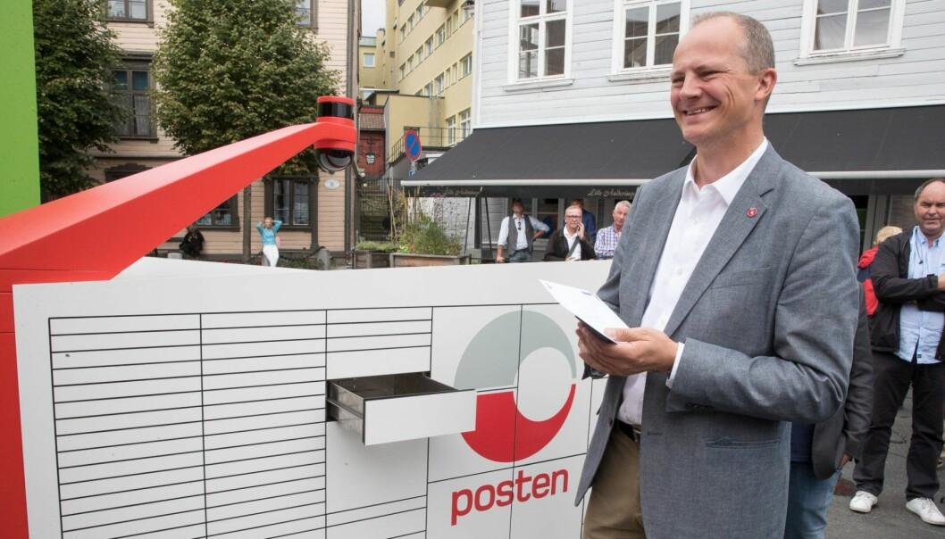 Arendal  20180814. Samferdselsminister Ketil Solvik Olsen får det første brevet fra Postens Brev og pakke robot. Foto: Terje Pedersen / NTB scanpix