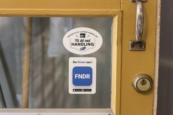 FNDR-merkene er å finne på dørene til en rekke butikker i Arendal. Foto: Per-Ivar Nikolaisen