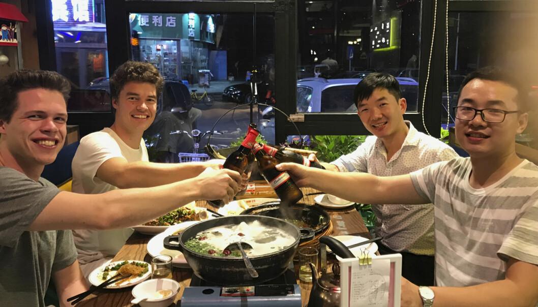 Ludenso på middag med to av de kinesiske produsentene. Foto: Ludenso