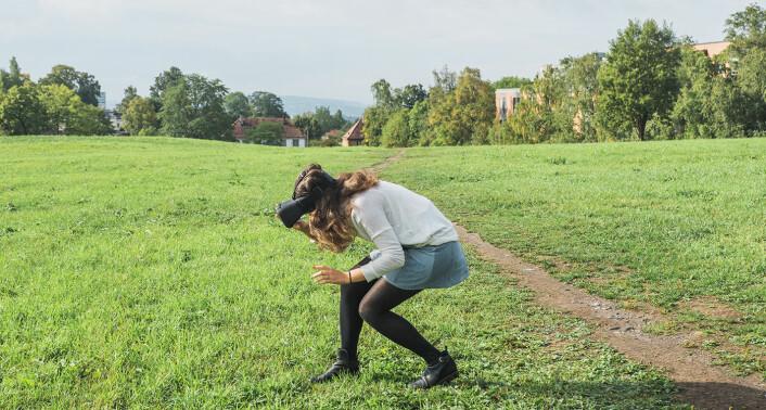 På årets siste sommerdag gikk Ludenso-teamet og Shifters journalist ut på gressplenen ved Forskningsparken, og prøvde AR-verdenen Montessori-elever fra Vollen bygget tidligere i sommer. Bildet viser markedssjef Ingrid Skrede, som ser inn i et lite hus i AR-verdenen. Foto: Benedicte Tandsæther-Andersen