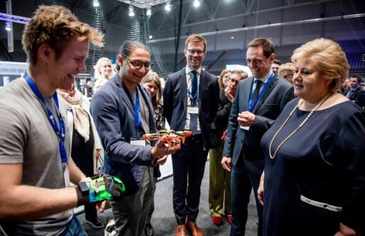 Nå lanserer NTNU-studentene hansken som kan fly drone med kroppsbevegelser