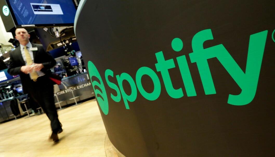 Spotify-logoen på New York-børsen i forbindelse med noteringen. Foto: AP Photo/Richard Drew