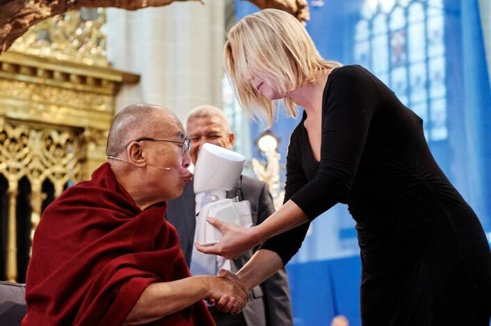 Karen Dolva og AV1-roboten møtte nylig Dalai Lama. Foto: Oliver Adam