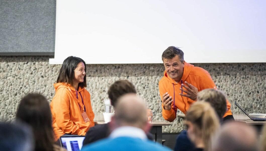 Mailin Dang (16) var Vipps-sjef for en dag. Her med Rune Garborg. Foto: Vipps