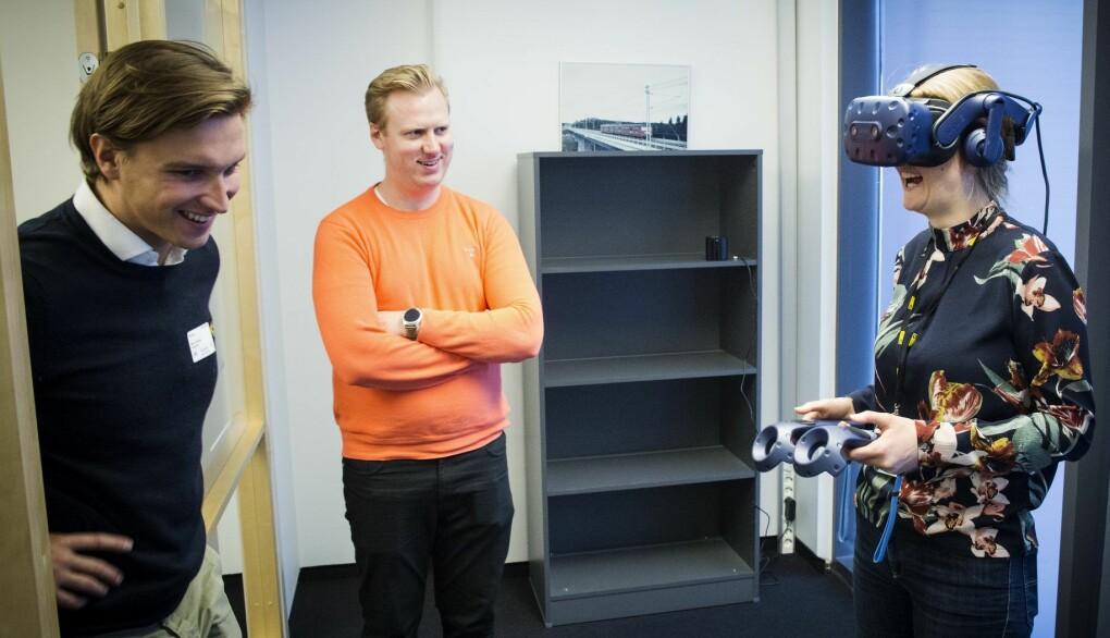 Bygg- og anleggsbransjen har vært det viktigste markedet for Dimension10, blant annet fordi man da kan jobbe i 3D-modeller for å få et bedre inntrykk av hvordan infrastrukturen vil se ut i det virkelige liv. Mike Connors i Dimension10 hjelper her Rune Huse Karlstad (startet senere selv i Dimension10) og Anja Krohn Bjørnstad i AF Gruppen i gang med VR. Foto: Per-Ivar Nikolaisen