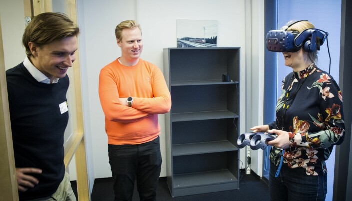 Rune Huse Karlstad (i midten) den gangen han var i AF Gruppen og testet ut VR i arbeidet med et veiprosjekt på Sørlandet, sammen med kollega Anja Krohn Bjørnstad. Til venstre Mike Connors i Dimension 10.