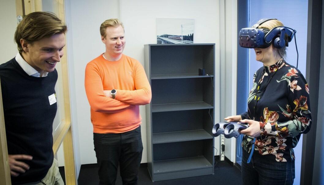Mike Connors i Dimension10 hjelper Rune Huse Karlstad og Anja Krohn Bjørnstad i AF Gruppen i gang med VR. Foto: Per-Ivar Nikolaisen