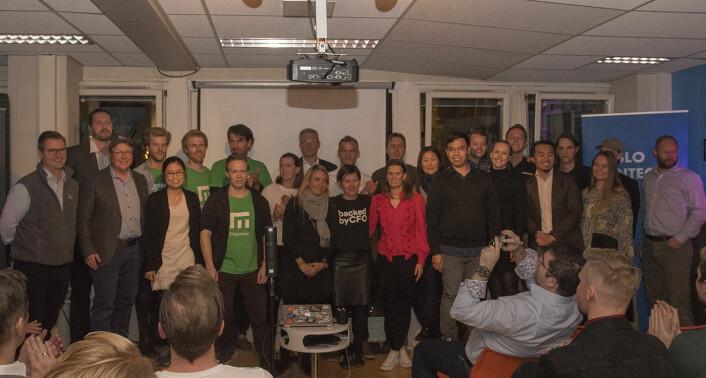 Ti startups pitchet på The Factory, og her er de alle avbildet: Mahoom, Empower, Mecu, BackedByCFO, NorQuant, Adall, TradingFoé, Budget Matador, Coright og Hvelv. Foto: Benedicte Tandsæther-Andersen