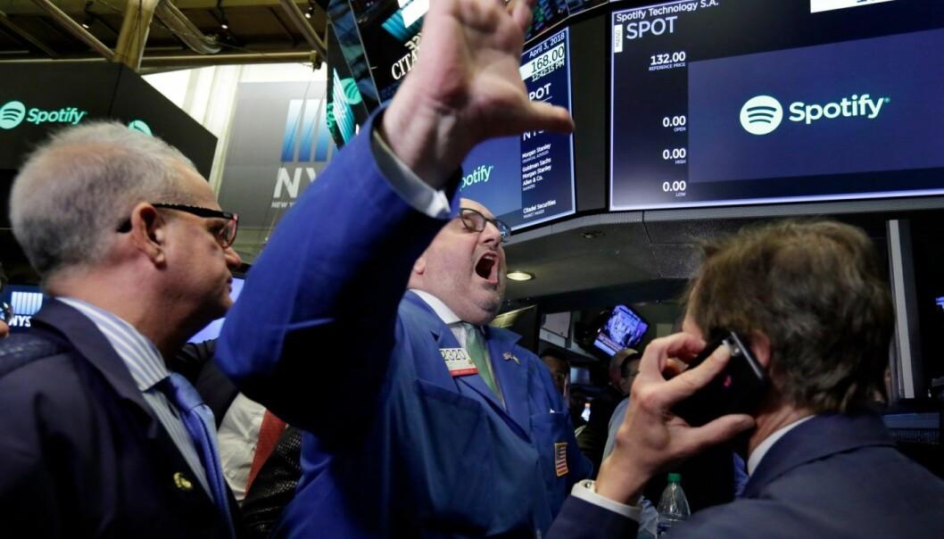 Ekspert Peter Giacchi (midten) erklærte Spotify sin IPO for åpnet på New York Stock Exchange 3. april 2018. Foto: AP Photo/Richard Drew