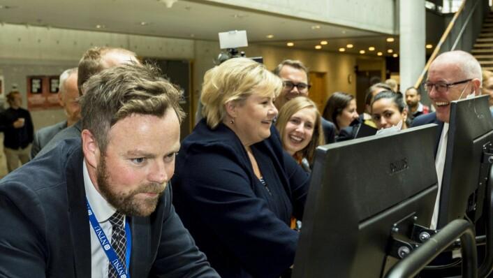 Statsminister Erna Solberg og næringsminister Torbjørn Røe Isaksen konkurrerer på Playpulse sine spinningsykler. Foto: Ned Alley / NTB scanpix