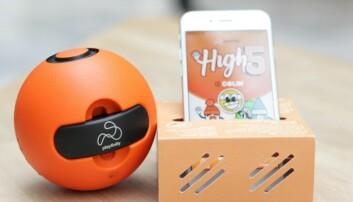 Playfinity-ballen var gründernes førte produkt, og har en puck med en rekke sensorer, som kobles til en spill-app på mobiltelefonen. Foto: Kine Torp Ellingsen