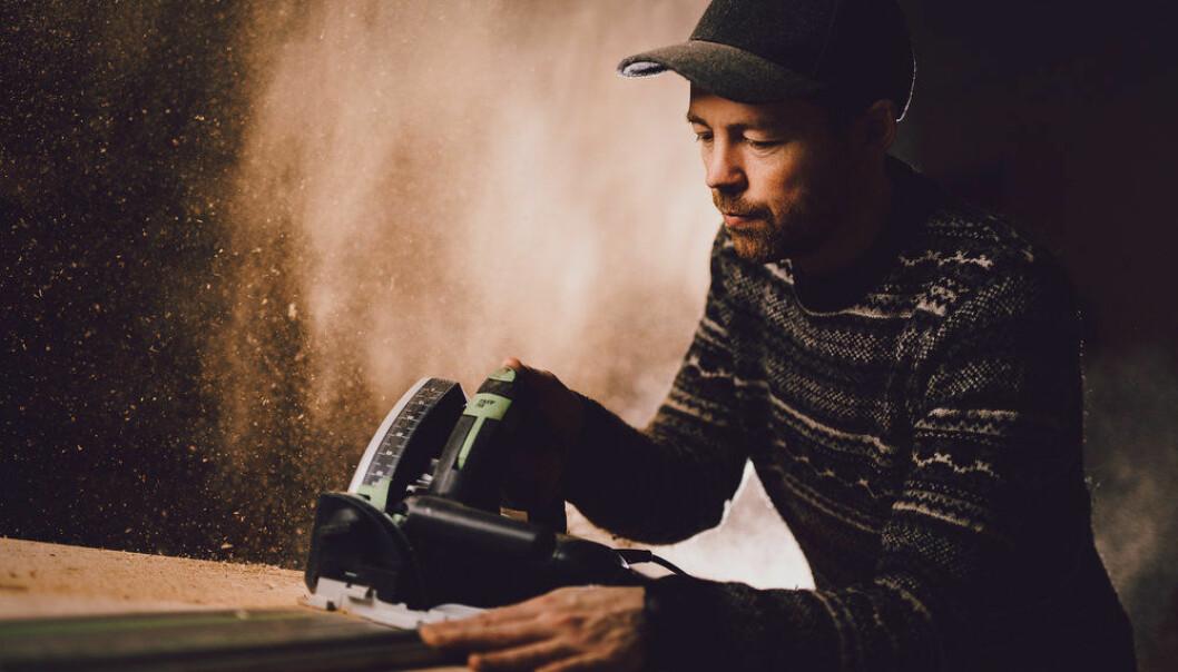 Kim Daniel Arthur er dypt involert i tech-miljøet i Tromsø, men hovedvirket hans er nå møbelsnekkeri. Foto: Daniel Mikkelsen