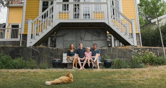 Familien Skaug, hjemme i hagen på Nordstrand. Fra venstre til høyre: Hege Resvoll Skaug, William, Wiona og Domos-gründer Bent Erik Skaug. Foto: Benedicte Tandsæther-Andersen