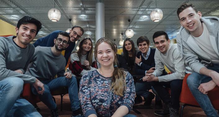 Lendonomy-gründer Anzhelika Osmanova, foran noen av de 20 praktikantene som i dag jobber for å få selskapet lanseringsklart. Foto: Ola Kosberg