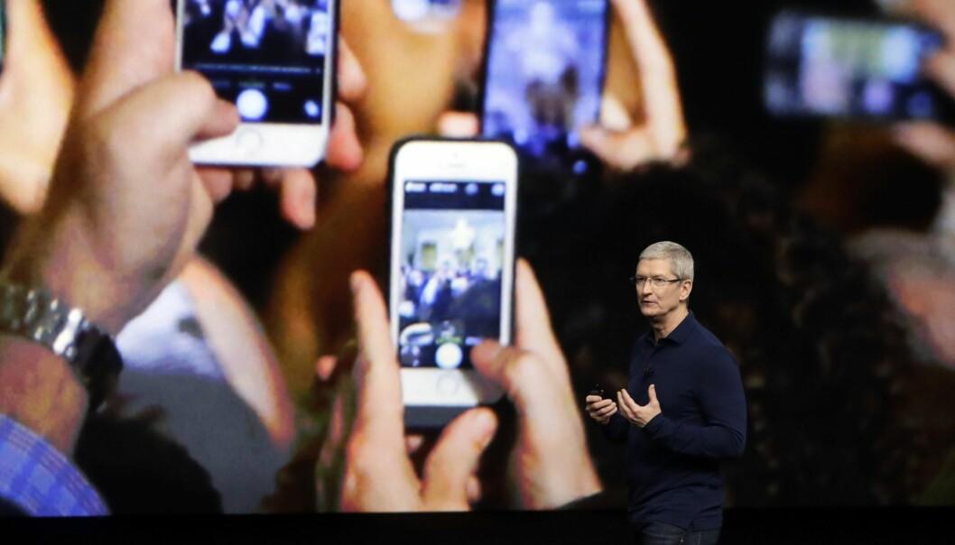 Apple-sjef Tim Cook. Apple-aksjen stuper fra start etter varselet om svakere omsetning. Foto: AP Photo/Marcio Jose Sanchez, File
