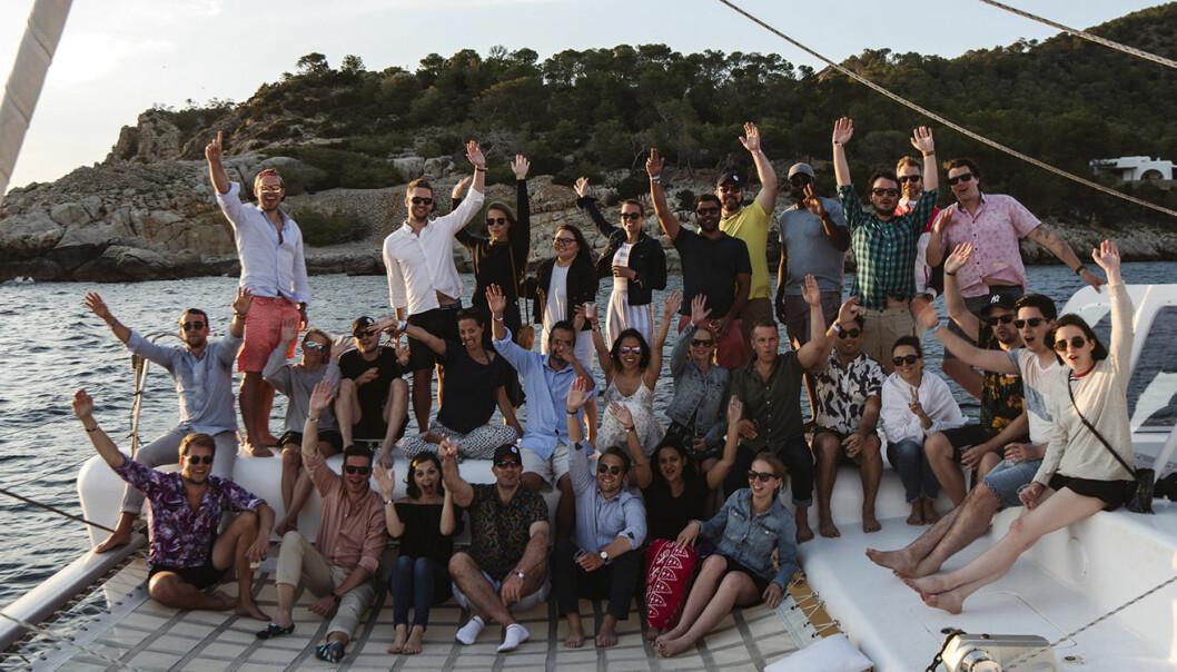 Unacast-teamet, her fotografert ombord på båt. Foto: Unacast.