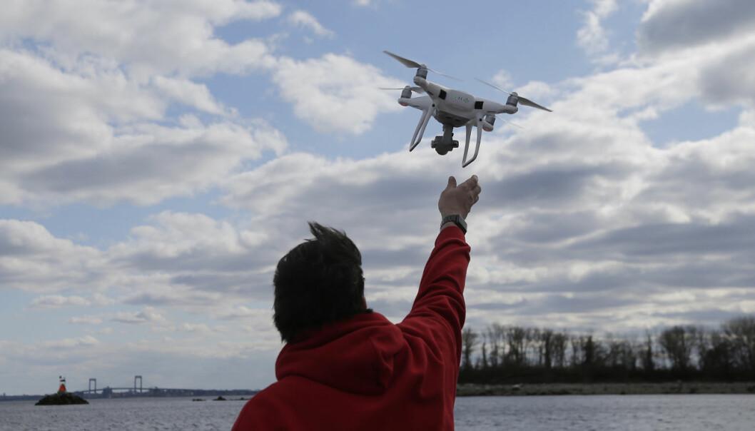 Føderale amerikanske myndigheter vil heve begrensningene på å fly med droner om natten i USA. Foto: AP