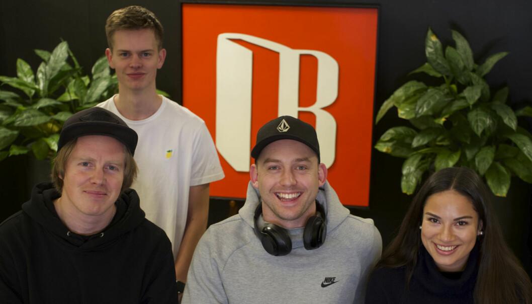 Bookis-teamet: Gründerne Lasse Brurok (foran, nederst til venstre) og Arne-Morten Willumsen (midten), her avbildet med traineene Espen Andersen og Andrea Isaksen. Foto: Bookis