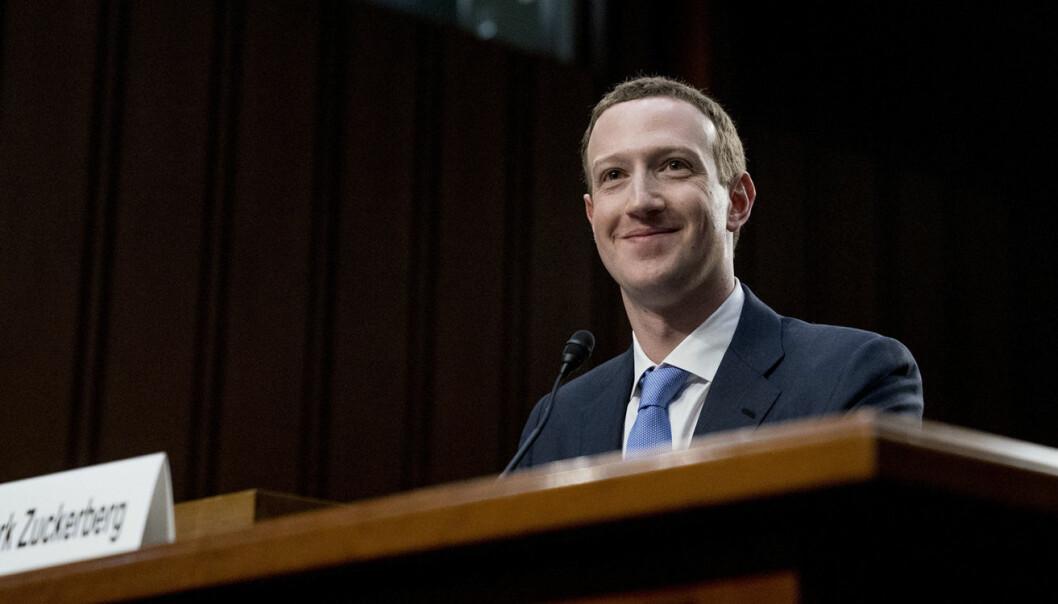 En lattermild Facebook-sjef, Mark Zuckerberg, fotografert under senatets høring i forbindelse med Facebooks innvirkning på det amerikanske presidentvalget. Foto: AP Photo, Andrew Harnik