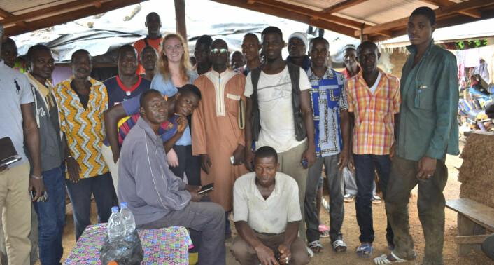 Elisabeth Stava, fotografert sammen med folk fra Godjiboue da det var allmøte. Foto: Wattero