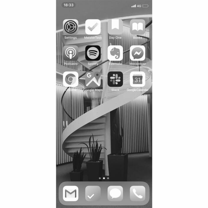 Cilia Holmes Indahl sin mobilskjerm, i svart-hvitt: Jeg har en innstilling på telefonen som gjør at det er svart hvitt. Slik at man ikke blir like fristet til å se på skjermen, forteller hun.