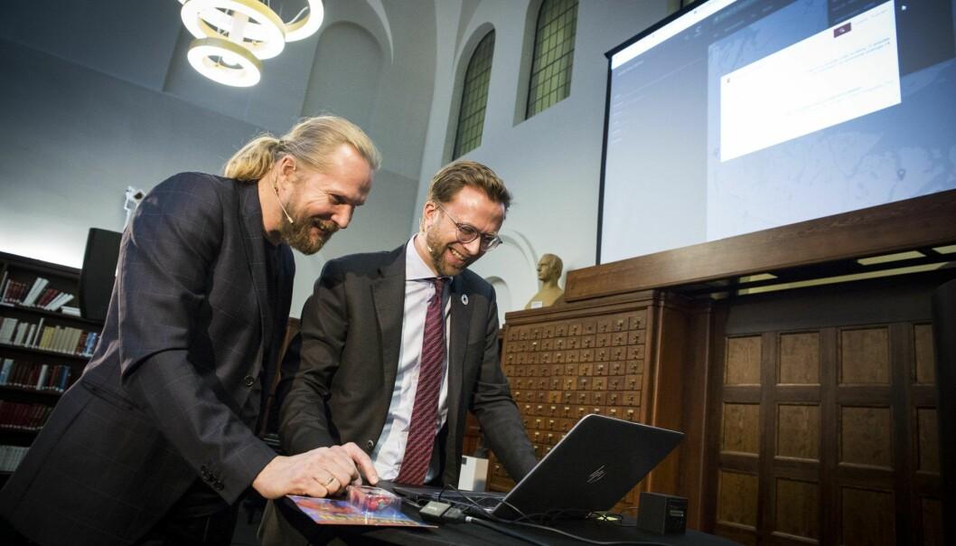 Direktør Aslak Sira Myhre (t.v.) ved Nasjonalbiblioteket forteller digitalminister Nikolai Astrup om det storstilte digitaliseringsprosjektet de står oppe i, og hvordan de nå har utviklet en egen AI-bibliotekar som gjør det lettere å finne veien i mengden av informasjon. Arkivfoto: Per-Ivar Nikolaisen