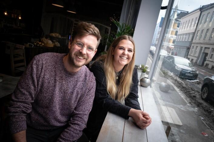 Jonas Stokke og Miriam Andersen i tilbudsappen Livly. Foto: Vilde Mebust Erichsen