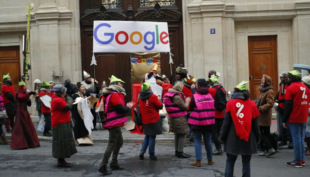 Activists from anti-globalization organisation Attac stage a protest at Google's Paris headquarters to criticize the company's tax evasion policies, in Paris. Arkivfoto: AP Photo/Francois Mori